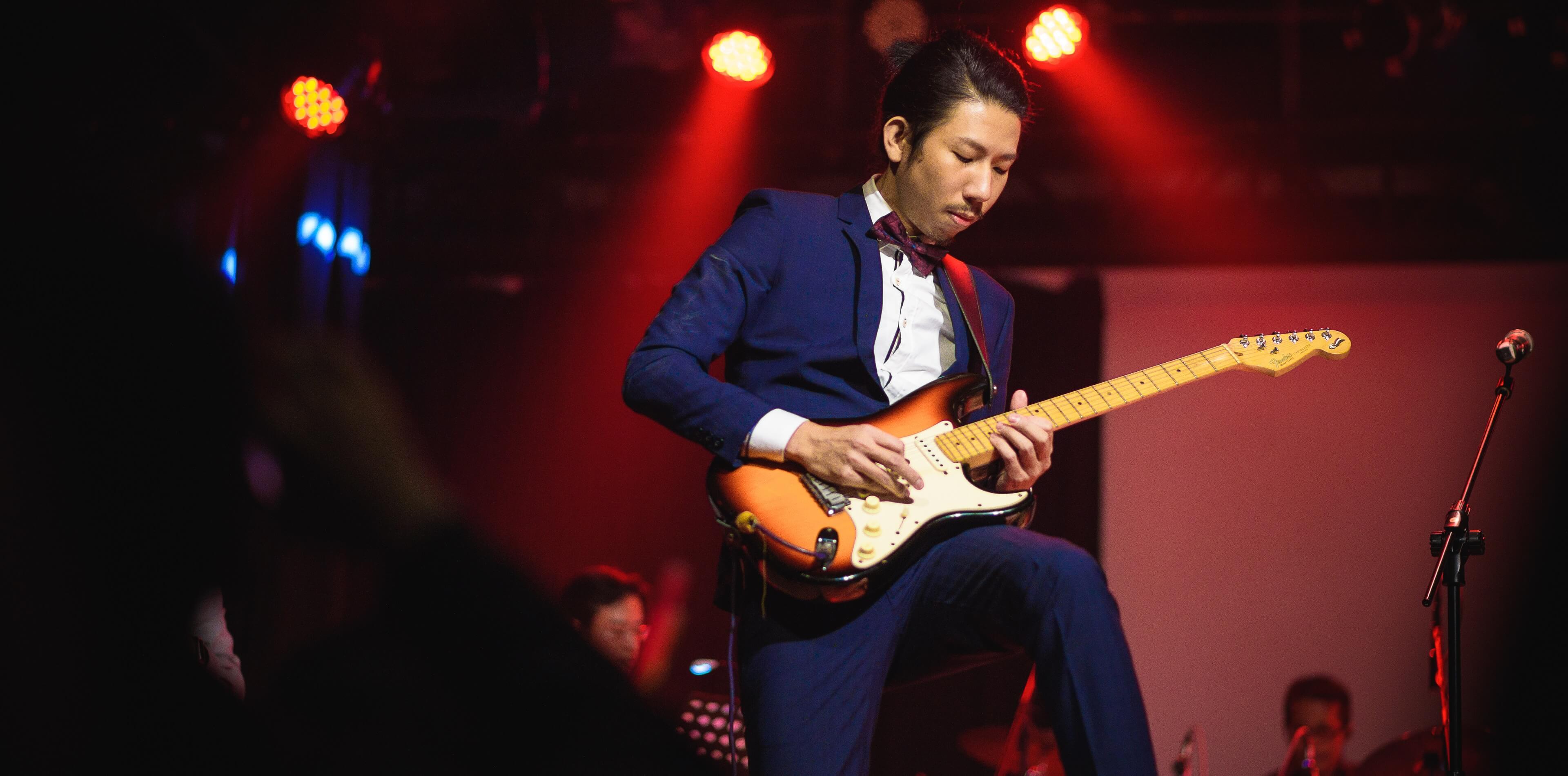 婚禮攝影-新郎在台上彈電吉他-演唱會