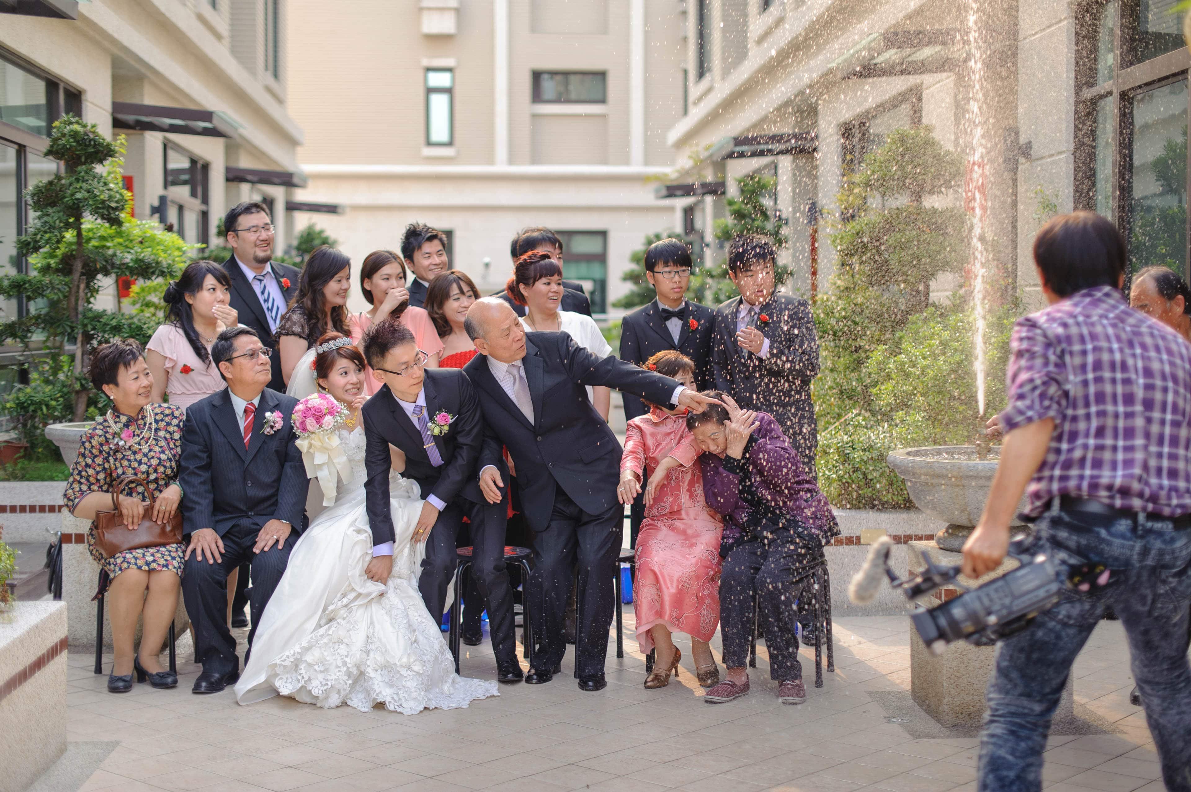 婚禮攝影-合照拍到一半噴水