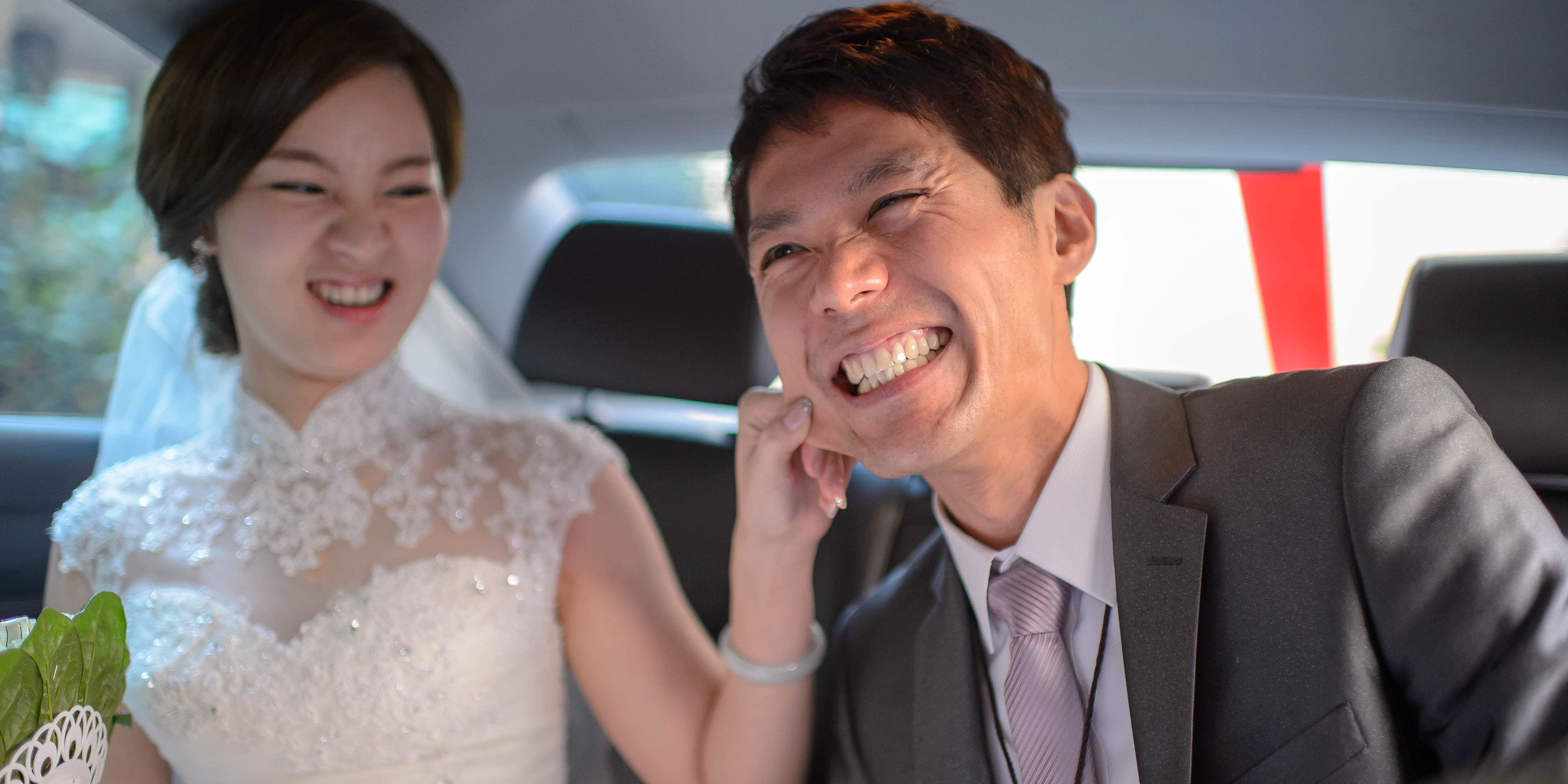 新娘捏新郎的臉